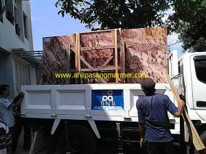 proses penurunan marmer dari truk